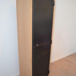 Armoire en chêne avec porte en acier verni